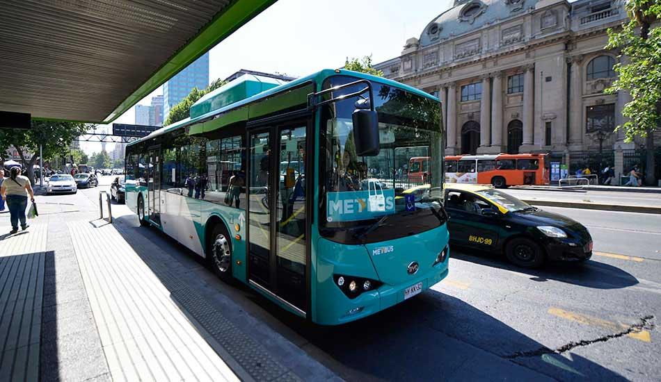 Ônibus 100% elétrico BYD operando a linha Metbus 516, cobrindo as principais artérias rodoviárias de Santiago.