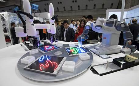 Robôs colaborativos duAro da Kawasaki e YuMi da ABB