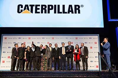 Funcionários da Caterpillar recebendo o prêmio