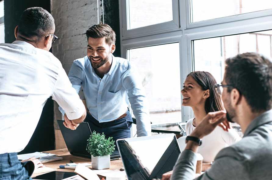 Jovens empreendedores de Startups negociando em uma sala de reunião